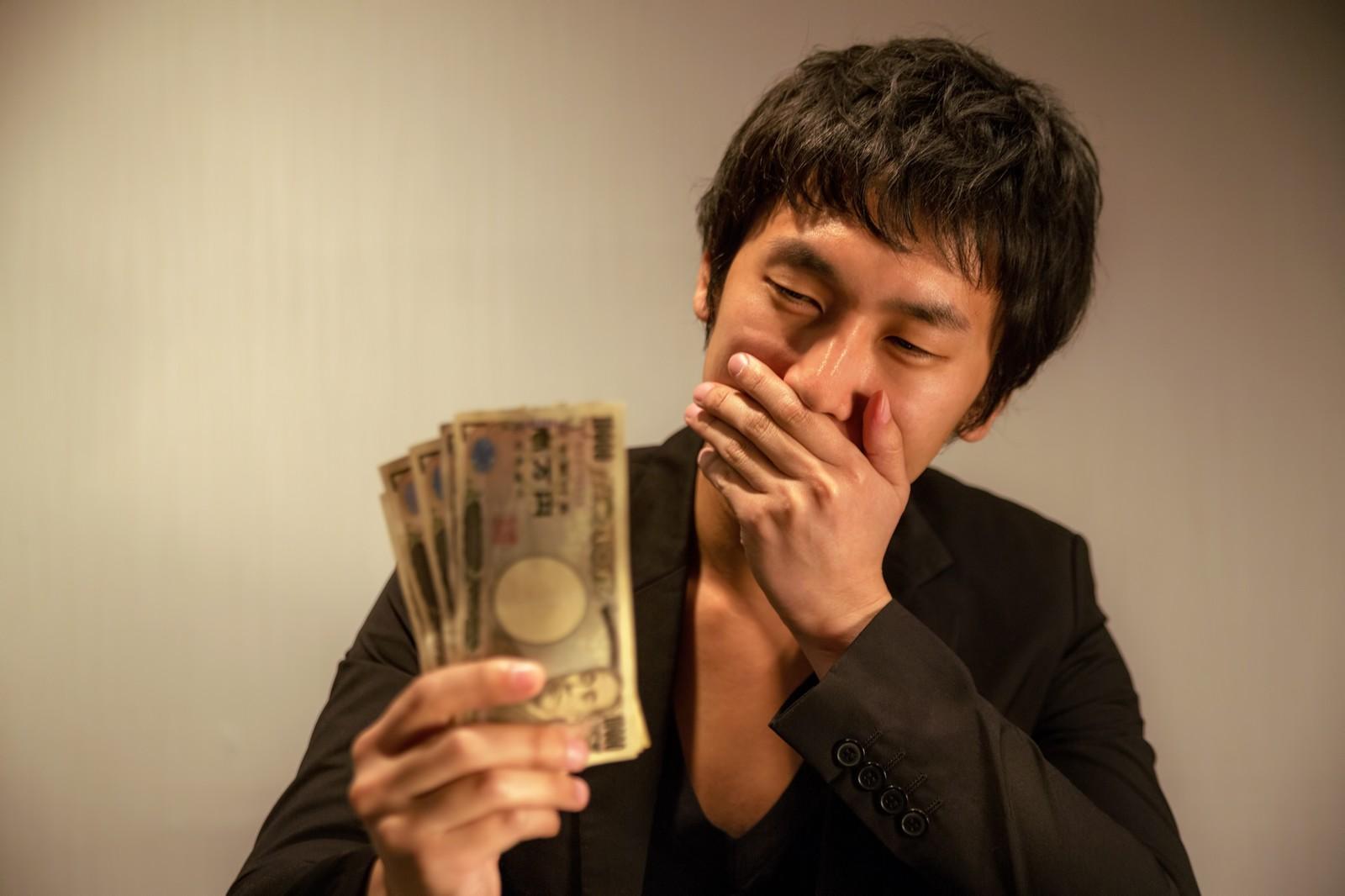 ヤミ金から借りた金で喜ぶ男性