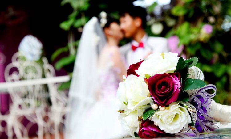 結婚を控えている借金女性