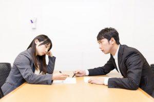 病気で会社に相談する女性