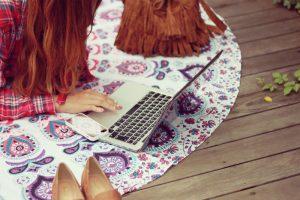 5分で債務整理を学ぶ女性