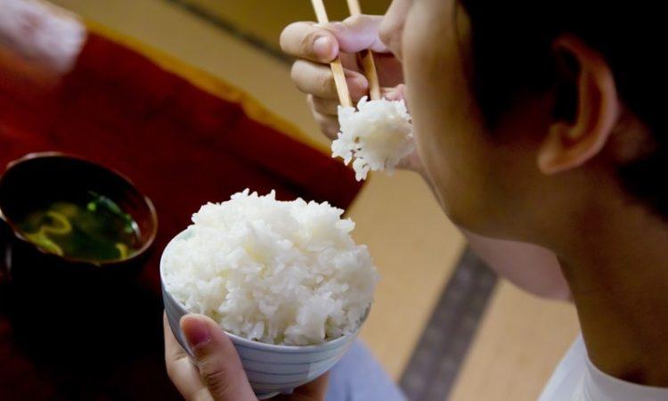 お米を食べる男性