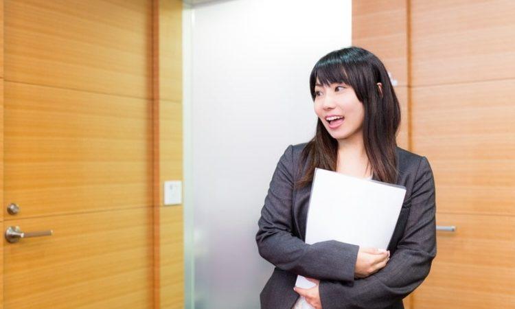 保険解約を検討してる女性