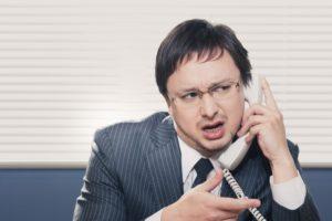 公正証書で電話する男性