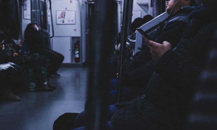電車に乗る底辺男性
