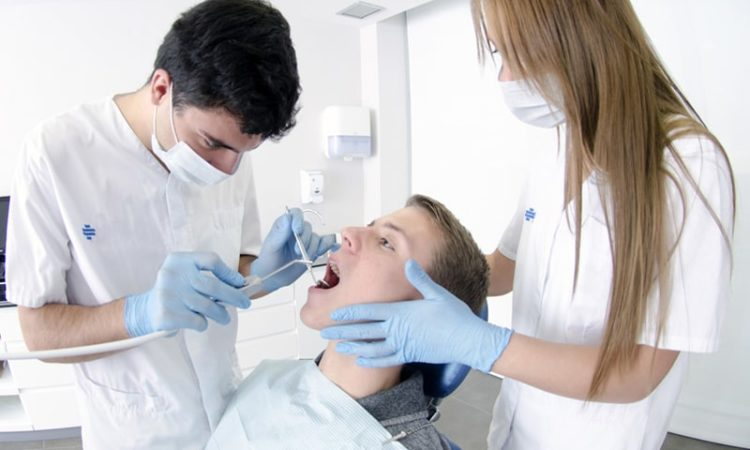 歯医者の治療風景