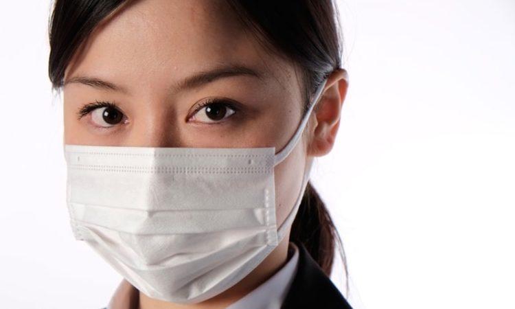 病気のマスク女性