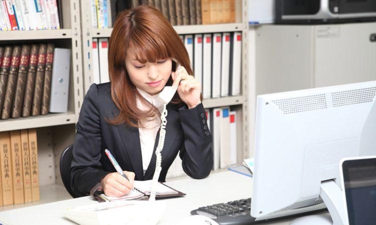 自己破産の費用を調べる女性