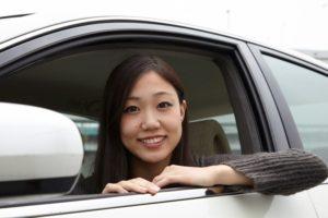 車から顔出す女性