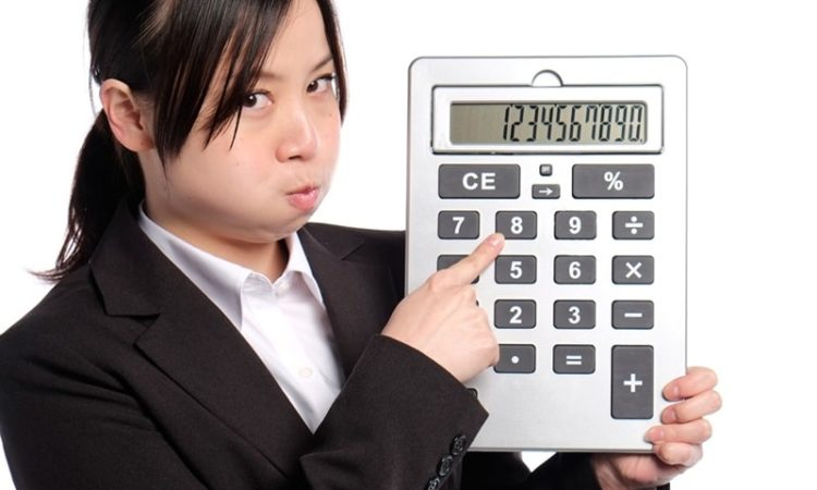 巨大な計算機を持つ女性