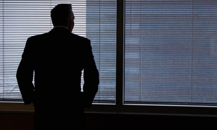 債務整理に不安な男性経営者